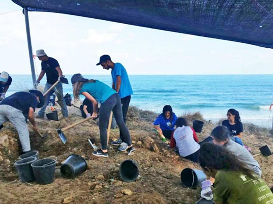 Jóvenes estudiantes trabajando en las excavaciones arqueológicas de Ashdod y Ascalón. (Fotografía: Clara Amit, cortesía de la Autoridad de Antigüedades de Israel)