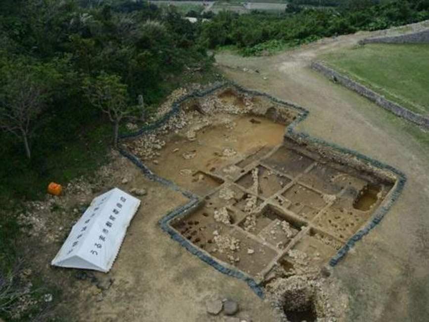 Excavaciones en las cercanías del Castillo Katsuren, Okinawa, Japón. (Consejería de Educación de Uruma)
