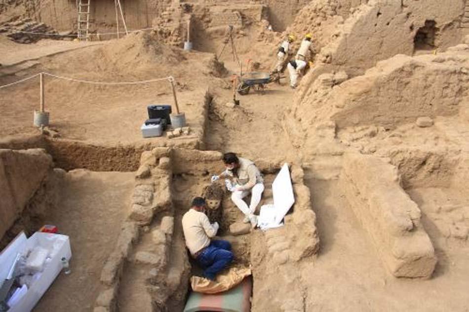 Los arqueólogos trabajan para desenterrar una de las estatuas de madera. Fotografía: ANDINA