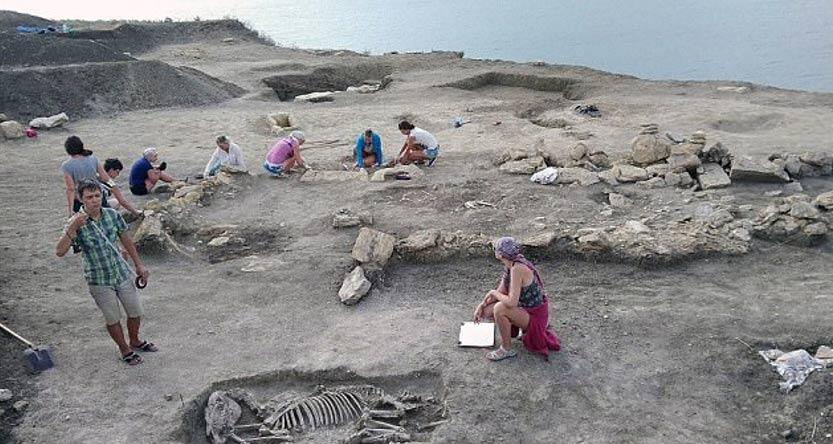 Las excavaciones en las que un equipo de arqueólogos rusos ha hallado los restos óseos de un niño de corta edad con el cráneo elongado. Fotografía: Archaeology Fund.