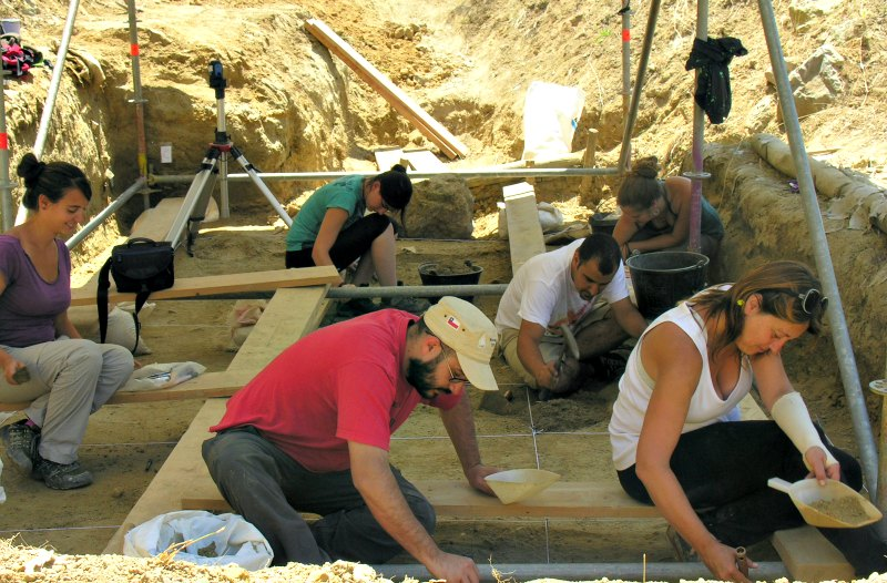 Los expertos en pleno trabajo de campo durante anteriores campañas de excavaciones en el barranco de La Boella. (Fotografía: CSIC)