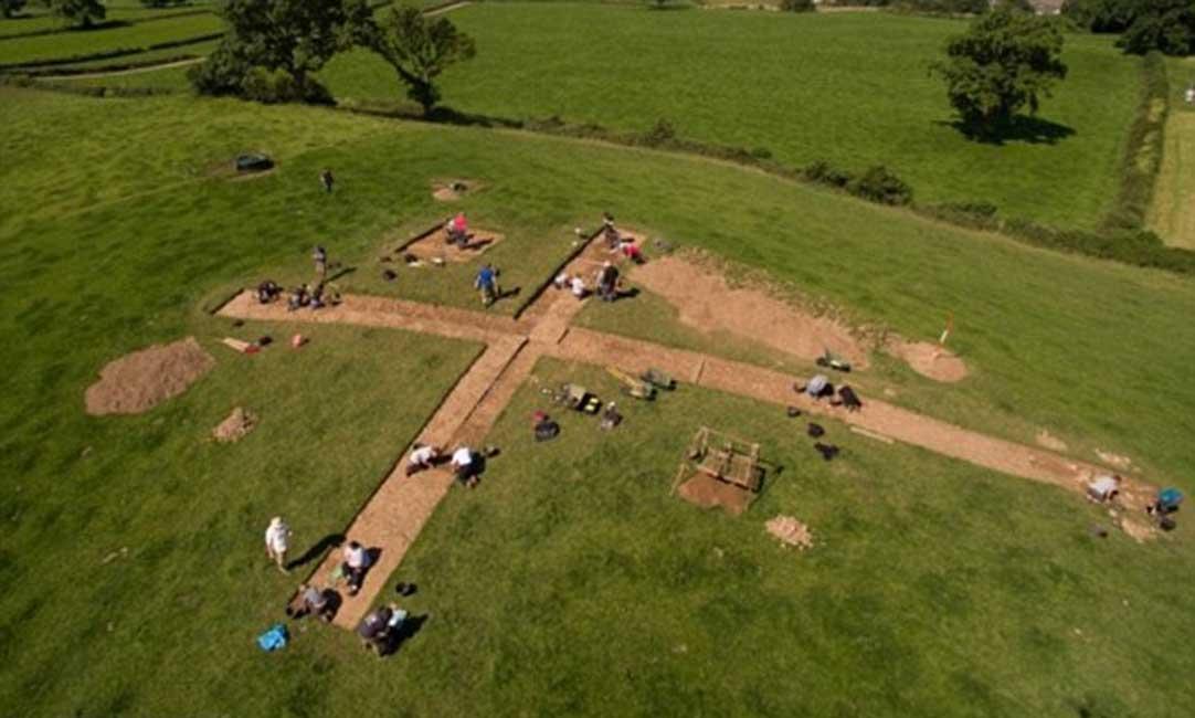 Excavaciones en el yacimiento arqueológico en el que se ha encontrado un importante conjunto de ofrendas rituales de la Edad del Bronce. Fotografía: Dalya Alberge