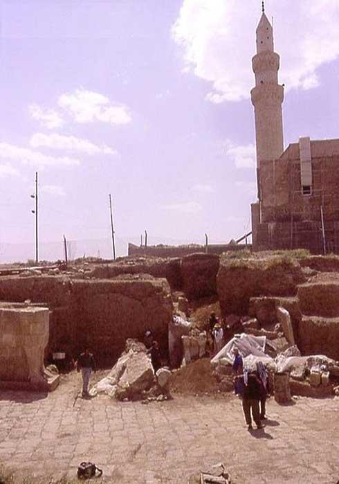 Nebi Yunus. Arqueólogos iraquíes excavan la entrada monumental a un edificio asirio tardío. La mezquita de Nebi Yunus (destruida en el año 2014) se puede observar justo detrás. (CC BY-SA 3.0)