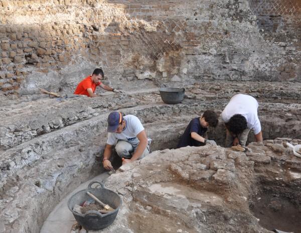 El equipo de la UPO durante los trabajos de excavación en el 'stibadium' del palacio de Adriano. (Fotografía: upo.es)