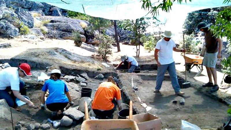 El equipo de arqueólogos y expertos durante las labores de trabajo de campo llevadas a cabo en el yacimiento portugués de Vila do Touro. (Fotografía: Historia y Arqueología)
