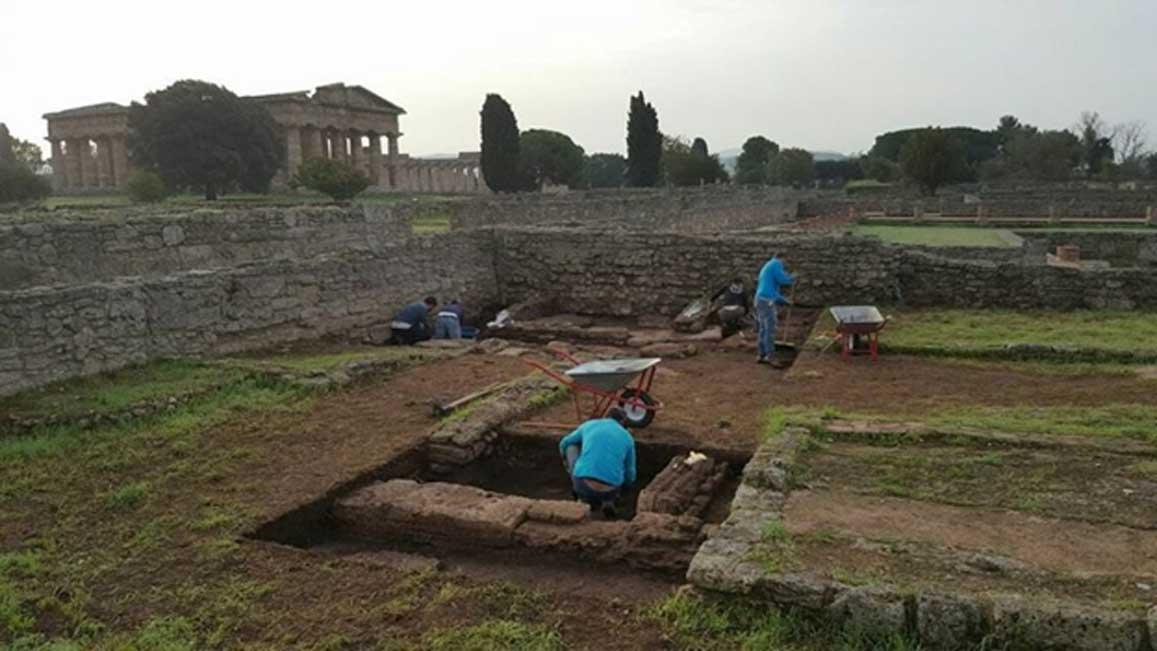 Arqueólogos excavando una estructura que se cree contemporánea a la fecha de fundación del asentamiento de Poseidonia en el sur de Italia. (Parco Archeologico di Paestum)
