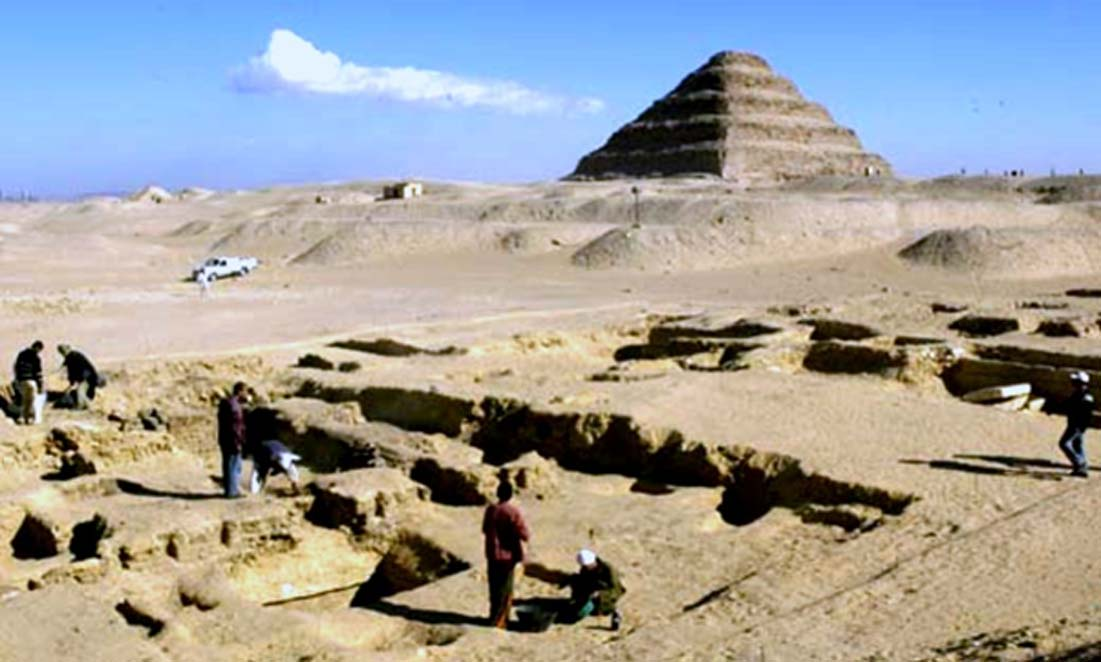 Arqueólogos realizan excavaciones en la necrópolis de Saqqara. Fotografía: Smithsonian