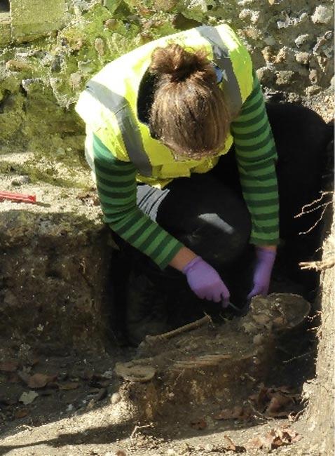 Excavando uno de los esqueletos. (Andrew Westwood-Bate)