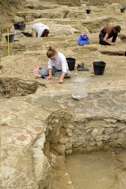 Excavaciones de los suelos de la antigua domus, mosaicos romanos del siglo IV (Fotografía: © Jean-Louis Bellurget, INRAP)