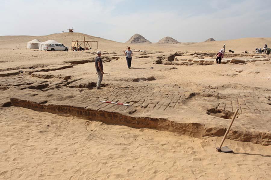 Vista en dirección sur del templo recientemente excavado (Fotografía: Instituto Checo de Egiptología)