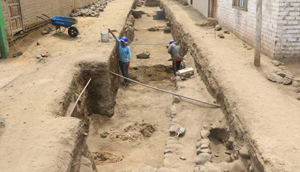 Excavaciones en el yacimiento. En primer plano podemos observar enterramientos pre-incas. (Johnny Aurazo)