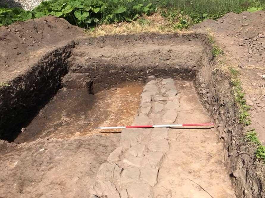 Excavaciones en el yacimiento. (The Book of Deer Project)
