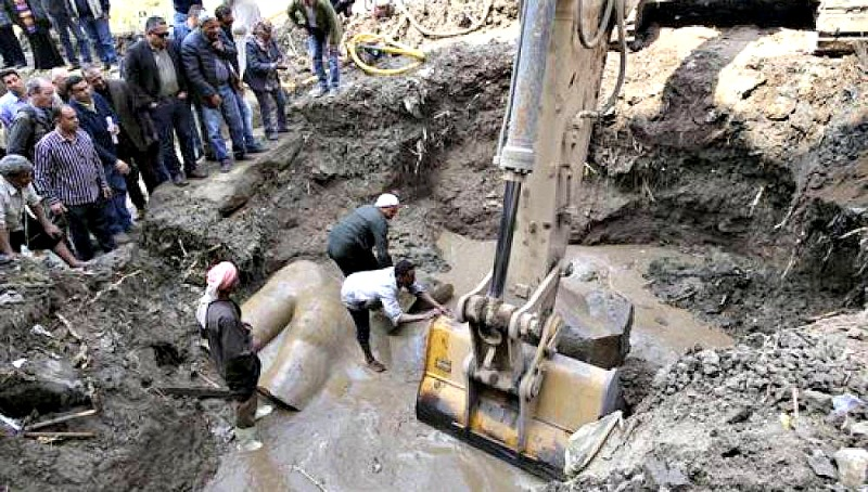 La expedición tuvo que hacer uso de excavadoras para poder extraer las estatuas del fango. (Fotografía: Antena 3/EFE)