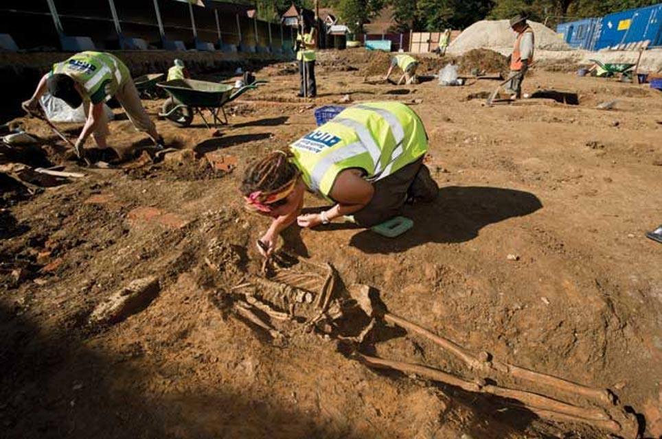Las excavaciones en curso que se están realizando en un cementerio de Chichester, con restos que datan desde finales de la Edad Media hasta el siglo XIX, y en las que se registraron hasta 1.764 enterramientos en los trabajos previos a la ejecución de un plan de viviendas. (Centre for Applied Archaeology / UCL)