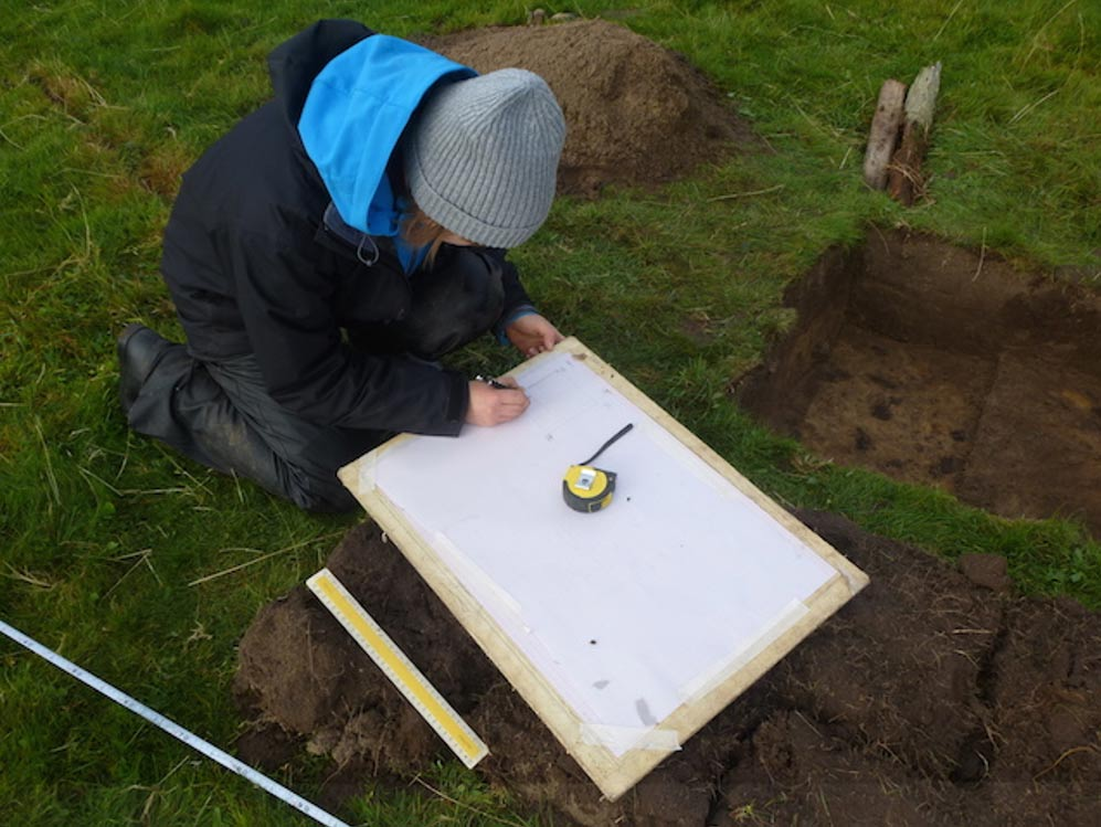 Voluntaria trabajando en las excavaciones de la Isla de Coll. Fotografía: RSPP Escocia