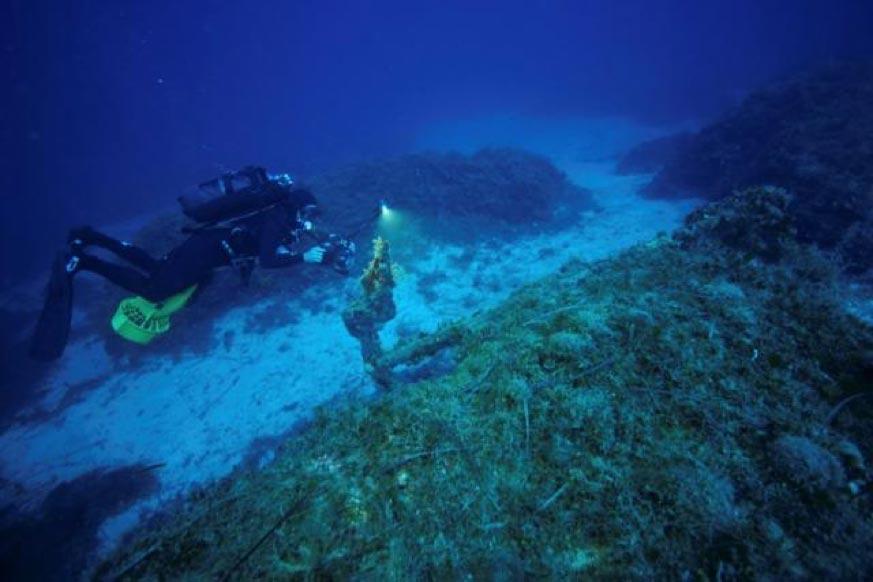 El submarinista, director y cinematógrafo Anastasis Agathos, de 47 años de edad, filma el ancla de un barco hundido cerca de la isla de Furnoi, Grecia, el 18 de septiembre del 2018. Fotografía: Vassilis Mentogiannis/Eforato Helénico de Antigüedades Submarinas