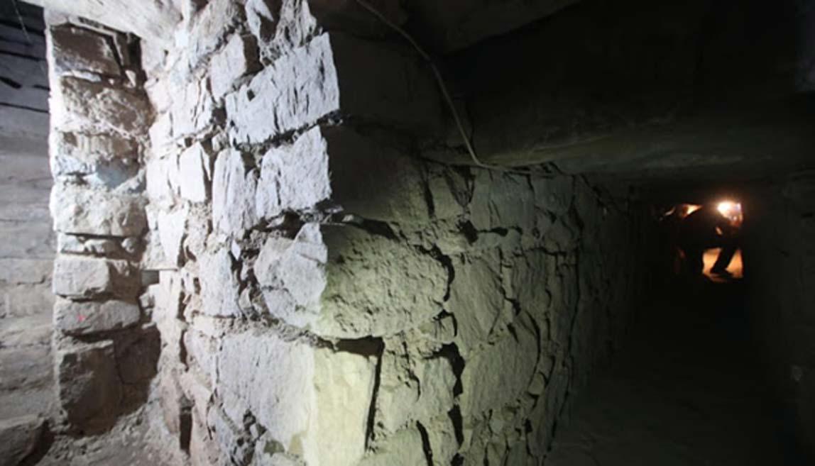 Exploración de un antiguo pasadizo subterráneo en el templo peruano de Chavín de Huántar. Fuente: Juan Ponce/El Comercio