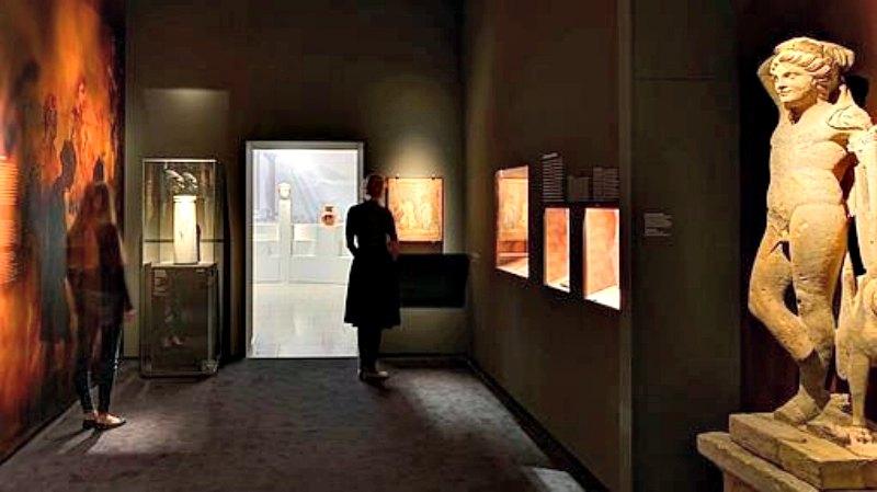 Entre las piezas expuestas destacan el vaso del cuarzo del que Nerón bebía vino y varias de las pinturas que adornaban las paredes de su palacio dorado hace 2.000 años. (Fotografía: GDKE/ABC)