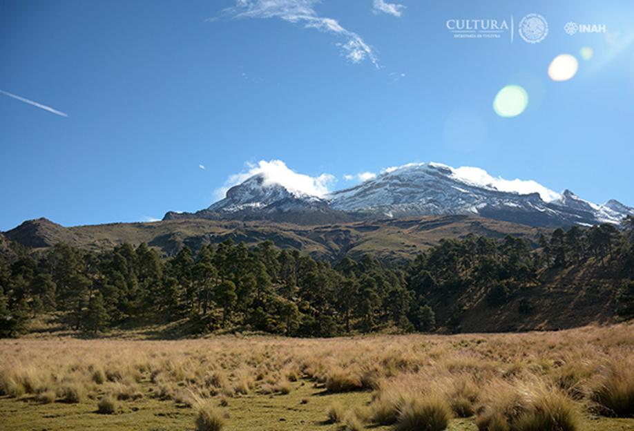 El pequeño lago está situado en las faldas del volcán Iztaccíhuatl. (Imagen: Isaac Gómez, cortesía de Proyecto Arqueológico Nahualac, SAS-INAH.)