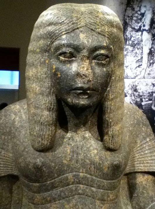 ¿Qué o quién desfiguró esta estatua del faraón del antiguo Egipto Horemheb en la que aparece representado como un escriba? ¿Fue mutilada su nariz en un acto de vandalismo? (Aryeh Shershow/CC BY SA 3.0)