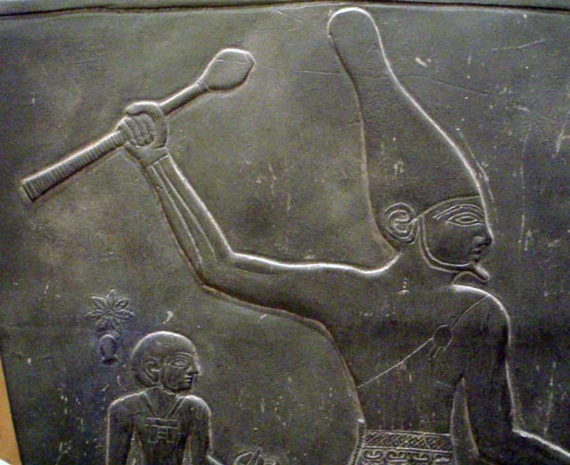 En este detalle de la Paleta de Narmer se puede apreciar claramente el uso de la Corona Blanca a principios del Período Dinástico. (CC BY-SA 3.0)