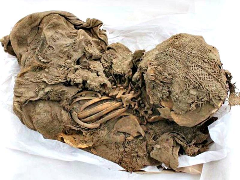 Algunos de los restos hallados en el zoo de Lima se encontraban envueltos en fardos funerarios. (Fotografía: RPP Noticias)