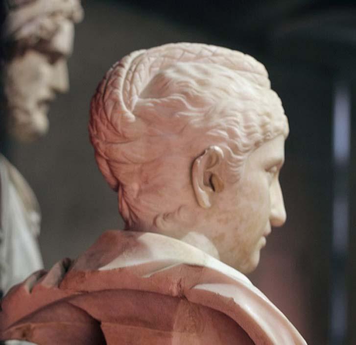 Busto de Faustina la Mayor en los Museos Capitolinos de Roma, Italia. (vista lateral, nótese su elaborado peinado). (CC BY-SA 3.0)