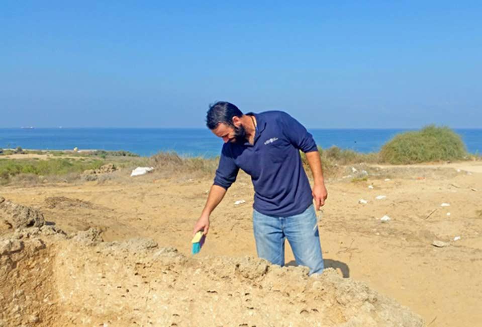 Federico Kobrin, director de las excavaciones en curso de la Autoridad de Antigüedades de Israel en Ashdod y Ascalón, junto a la torre de vigilancia recientemente descubierta. (Fotografía: Clara Amit, cortesía de la Autoridad de Antigüedades de Israel)