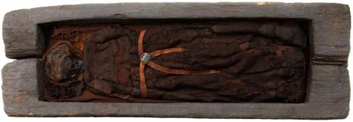 El féretro de roble de la mujer de Skrydstrup ayudó a conservar sus restos durante unos 3.200 años. (Museo Nacional de Dinamarca)