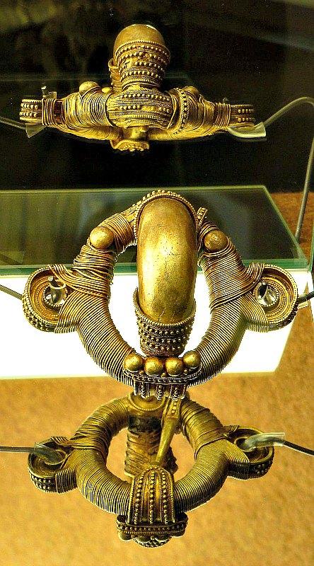Fíbula prerromana del tipo anular hispánico perteneciente al primer tesoro de Arrabalde, forrada en oro sobre plata. Museo de Zamora, España. (Outisnn/CC BY-SA 3.0