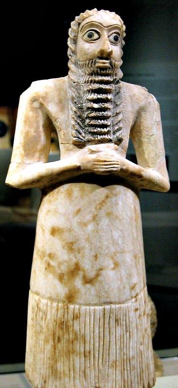 """Figura votiva de un hombre en actitud de veneración, del 2700 a. C. – 2600 a. C., época en la que Enlil era considerado el dios principal. Hallada en las ruinas del """"templo cuadrado"""" de Eshnunna (actual Tell Asmar); alabastro, caracolas, caliza negra y betún. Museo Metropolitano de Arte de Nueva York, Estados Unidos. (Rosemaniakos from Bejing/CC BY-SA 2.0)"""