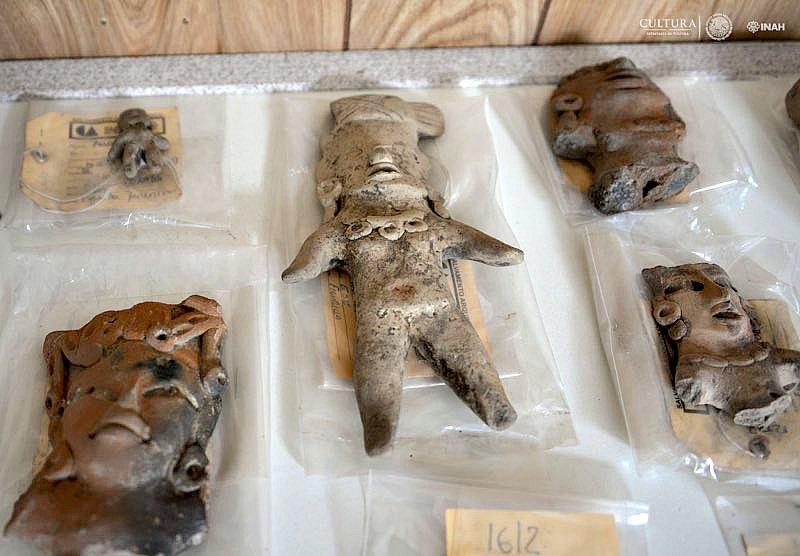 Algunas de las figurillas recuperadas junto a los diferentes esqueletos. (Fotografía: Melitón Tapia/INAH)