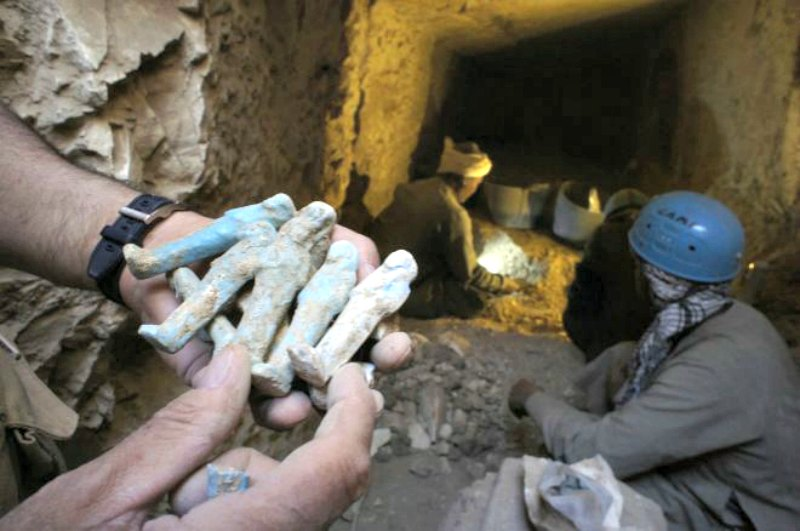 Pequeñas estatuillas descubiertas en una de las tumbas de la necrópolis. (Fotografía: El Mundo/ Proyecto Djehuty)