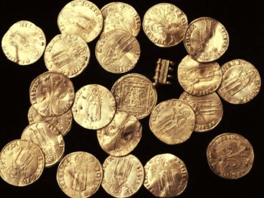 Florines encontrados en el pecio del antiguo barco cruzado naufragado en el puerto de Acre. (Autoridad de Antigüedades de Israel)