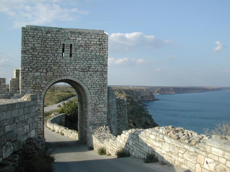 Puertas de la fortaleza de Kalakria, lugar en que fue descubierto el anillo (IvanGeoPetrov – CC-BY-SA-2.5)