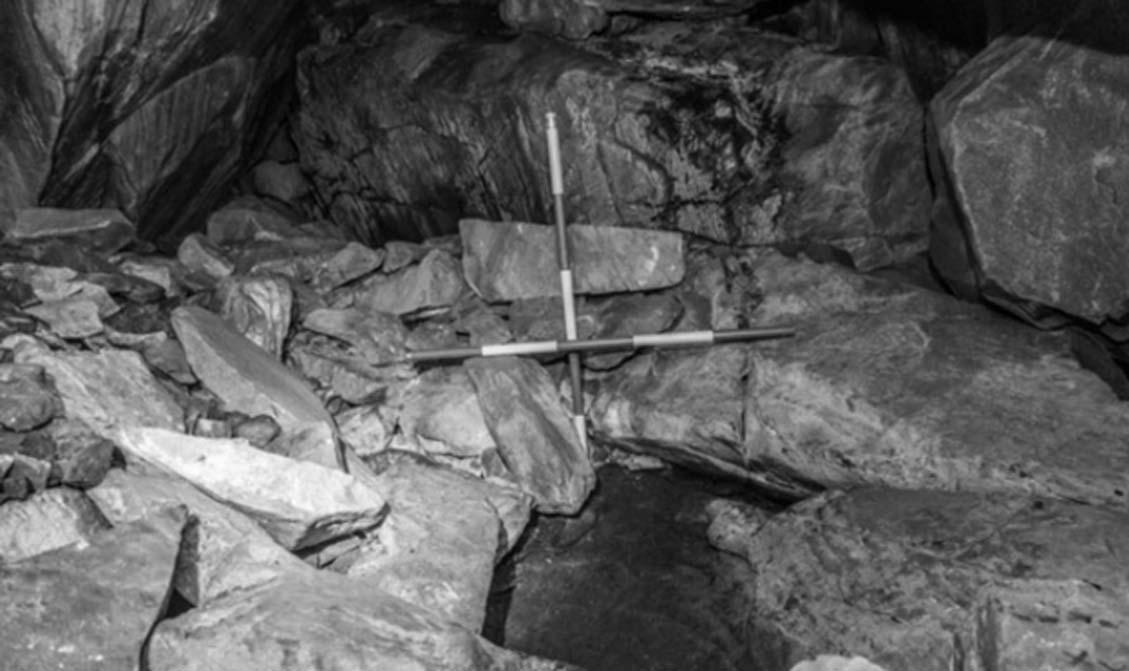 Fosa en la cueva que contenía los restos humanos después de las excavaciones. Fuente: T Kahlert, vía Departamento de Cultura de Irlanda