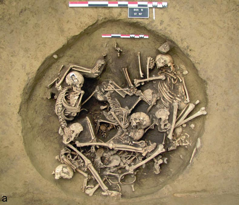 Fotografía con un dibujo superpuesto de los esqueletos presentes en el estrato superior del enterramiento en el que se encontraban los brazos humanos amputados. (Fotografía: Antiquity)