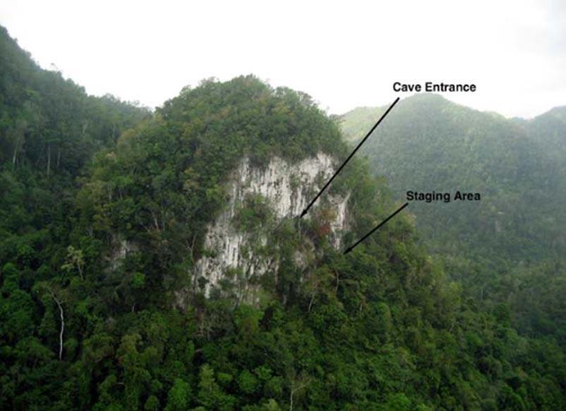 Fotografía aérea del risco kárstico en el que se encuentra la cueva de Kayuko Naj Tunich. Las gentes del lugar llaman a esta torre en lengua Mopán 'Suk Tunich', Roca Blanca. (Holley Moyes)
