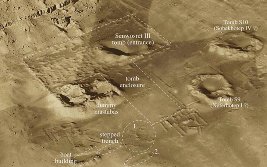 Fotografía aérea captada por la Fuerza Aérea Británica hacia el año 1924 en la que se observan los alrededores del recinto en el que se encuentra la tumba de Sesostris III (Senwosret III). Imagen cortesía de la Sociedad para la Exploración de Egipto (Egypt Exploration Society).