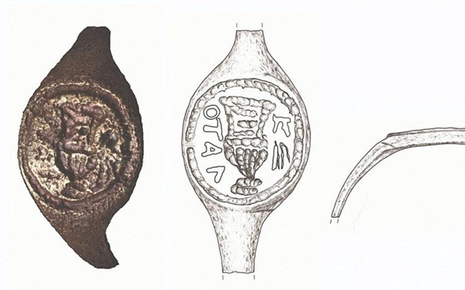 Fotografía y dibujos del antiguo anillo de sello que se cree que habría pertenecido a Poncio Pilatos (Dibujo: J. Rodman; Fotografía: C. Amit, Departamento Fotográfico de la Autoridad de Antigüedades de Israel, a través de la Universidad Hebrea)