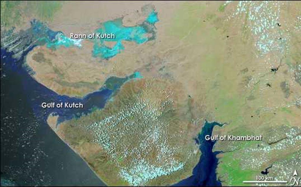 Inundaciones del monzón en Gujarat, fotografía vía satélite tomada el 18 de junio del 2005. El Golfo de Khambhat se observa a la derecha. (Public Domain)