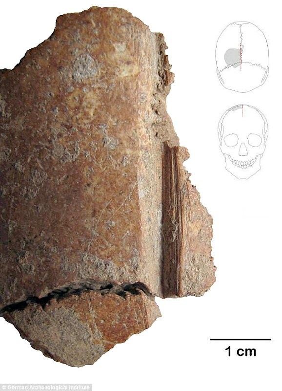 Imagen en la que se observa el fragmento de uno de los cráneos con las claras marcas de corte. (Fotografía: Código Oculto).
