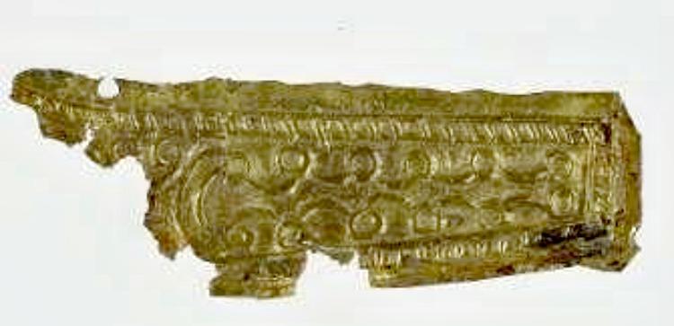 Uno de los fragmentos de oro encontrados que habrían formado parte de los apliques del cinturón de un varón, probablemente un aristócrata. (Fotografía: La Nueva España)