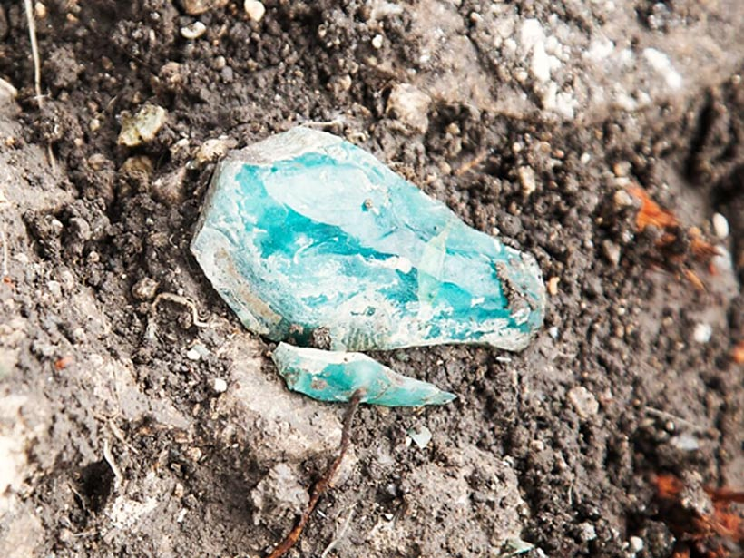 En el yacimiento se ha encontrado un fragmento de vidrio en bruto. (Fotografía: Assaf Peretz, Autoridad de Antigüedades de Israel)