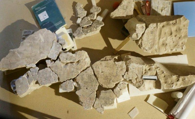 Algunos fragmentos del Libro de los Muertos desprendidos del techo de la cámara funeraria de Djehuty. (Fotografía: El Mundo/ Proyecto Djehuty)