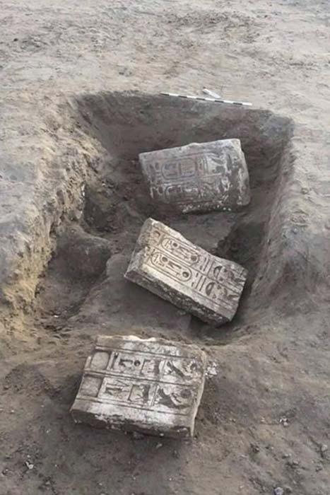 Grandes fragmentos de piedra caliza pertenecientes a las antiguas puertas de la fortaleza de Tjaru, tal y como fueron descubiertos en el año 2015. (Ministerio de Antigüedades de Egipto)