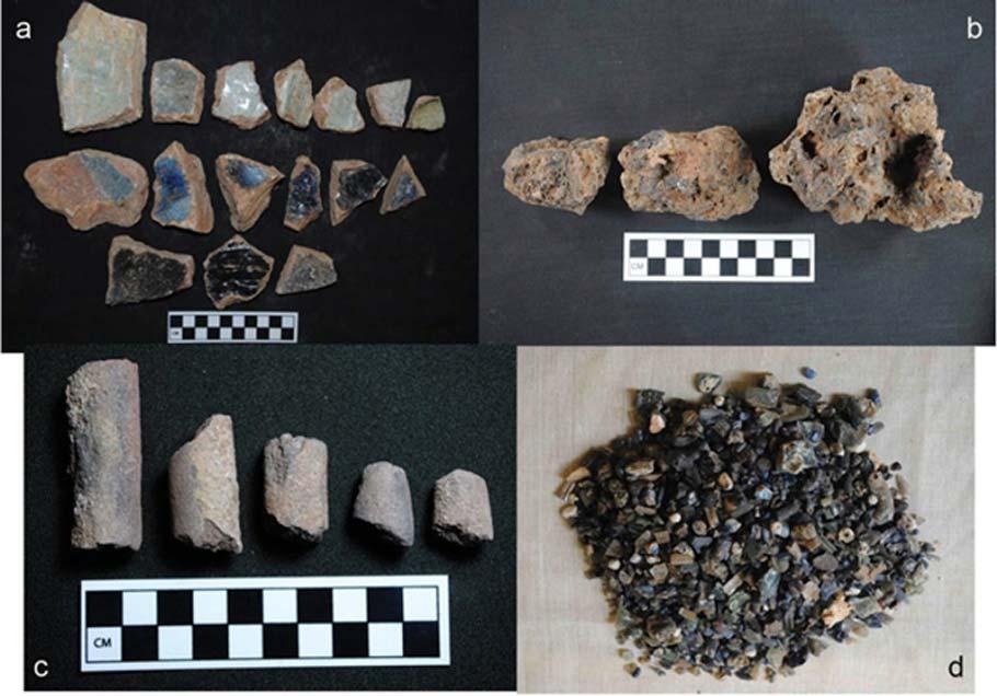 En estas fotografías podemos observar (a) fragmentos de crisol; (b) cerámica vitrificada; (c) cilindros de cerámica (d) residuos de la producción de cuentas de vidrio. Las azules probablemente se obtuvieran del cobalto. Fotografía: Babalola, A.B.