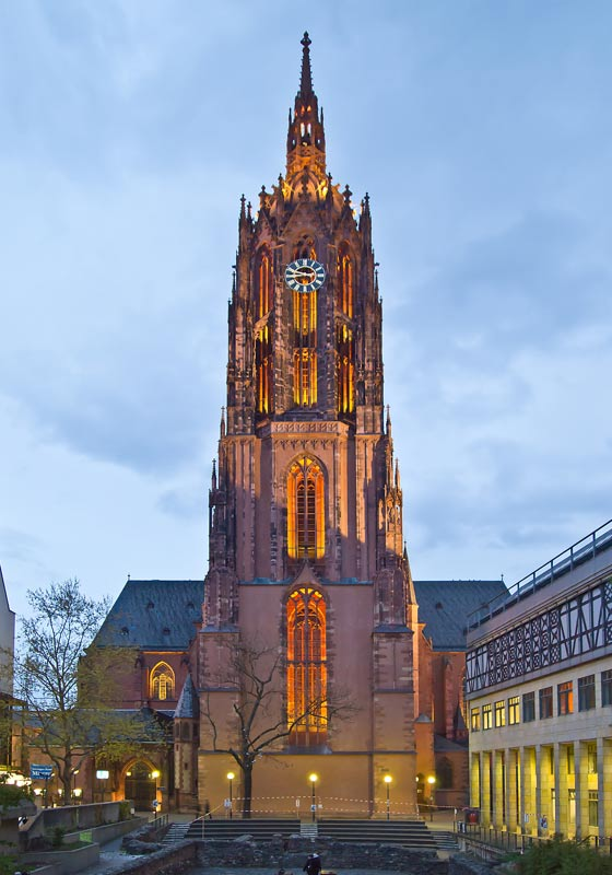 La torre occidental de la Catedral Imperial de Frankfurt. En este lugar, antes de que se construyera la propia catedral, fueron enterrados una niña y un niño del siglo VIII, ella según un rito cristiano, él según un rito pagano. (Foto: edelecs/Wikimedia Commons)