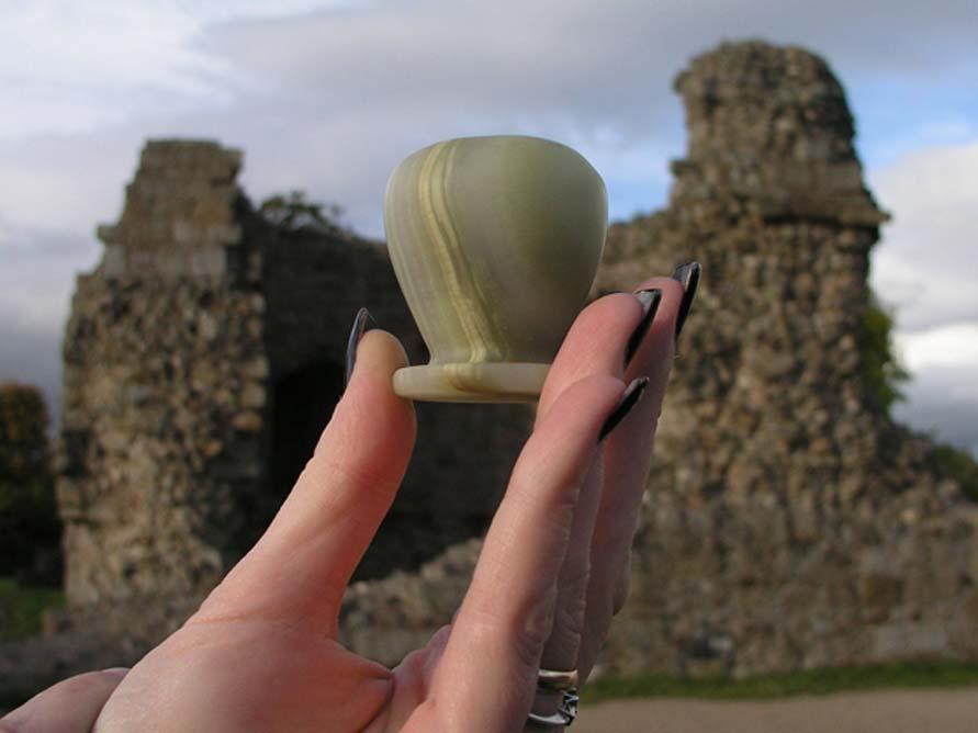 El frasco de perfume descubierto en el año 1920 en el interior de la estatua del águila de Thomas Wright. (Fotografía: Graham Phillips)