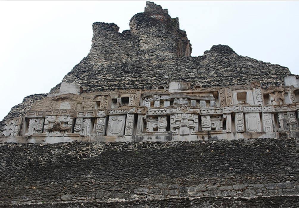 Algunos de los impresionantes grabados de los niveles superiores de El Castillo de Xunantunich (Wikimedia Commons photo/Roy Googin)